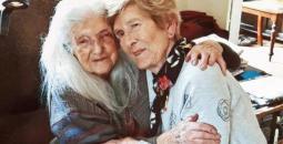 ماكين تلتقي بأمها بعد ستة عقود