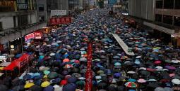 أكثر من 100 ألف يتظاهرون بهونغ كونغ