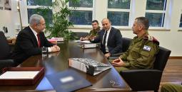 بينيت ونتنياهو خلال اجتماع مع قادة الجيش
