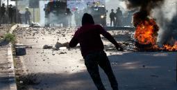 شاب فلسطيني خلال مواجهات مع جنود الاحتلال -(ا ف ب).jpg