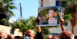 صورة الشهيد كمال أبو وعر خلال وقفة في مدينة جنين