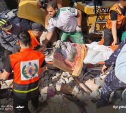 استمرار عمليات البحث تحت ركام المنازل المدمرة بقصف الاحتلال في شارع الوحدة