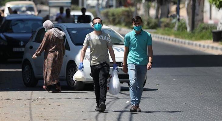مواطنان فلسطينيان يرتديان الكمامة في قطاع غزة