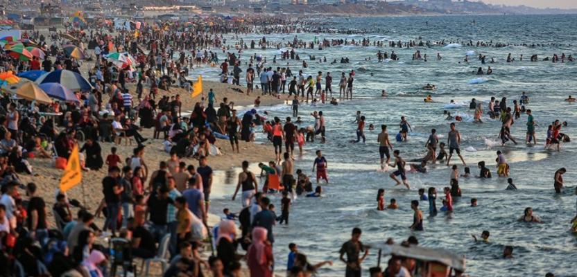 اصطياف المواطنين على شاطئ بحر غزة