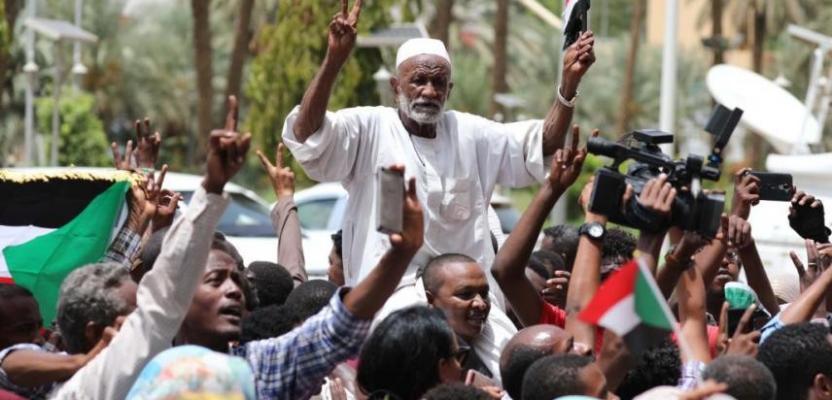 السودان.. احتفالات بعد التوقيع على الوثيقة الدستورية للمرحلة الانتقالية