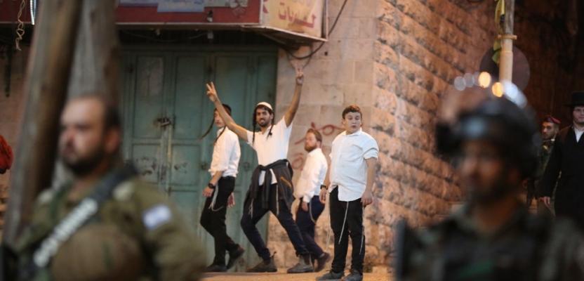مستوطنون يقتحمون وسط الخليل بدعم جنود الاحتلال
