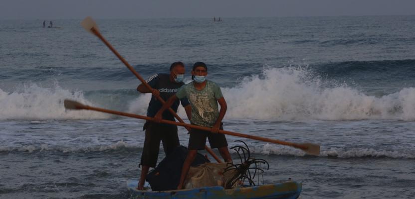 الصيادون في بحر غزة يبحثون عن رزقهم