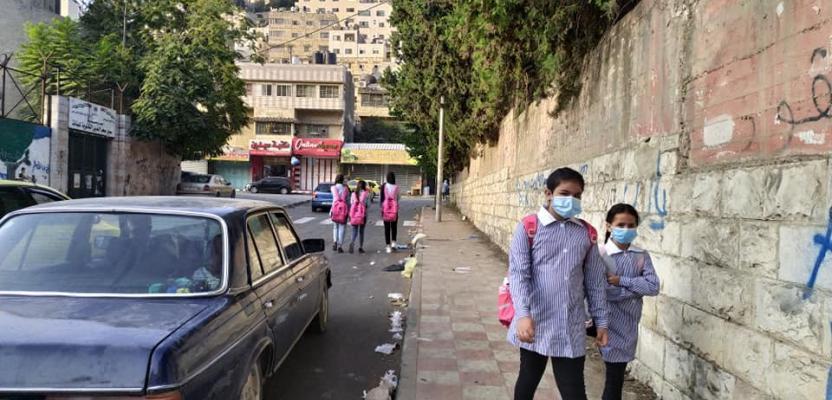 آلاف الطلبة بالضفة يعودن لمدارسهم بعد انقطاع بسبب كورونا