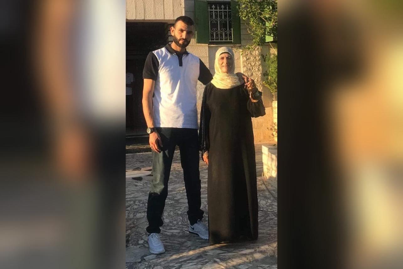 زهرااان وأمه.jpg